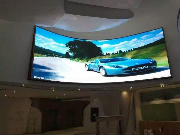 弧形室内p2.5LED全彩电子显示大屏